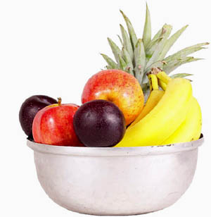 Include raw foods like fruit in a liver cleanse: Photo of a bowl with fresh fruit.